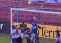Jogador do Bahia evita golo…mas na baliza adversária