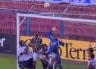 Jogador do Bahia evita golo...mas na baliza adversária