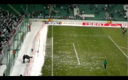 Adeptos do Legia atiram bolas de neve sobre jogadores do Sporting