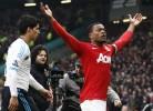 Evra festeja vitória na cara de Suarez