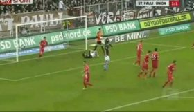 Jogador pede ao árbitro para lhe anular o golo