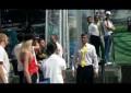 Ativista despe-se e tenta atacar o troféu do Euro 2012