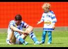 Filha tenta consolar Pai após despromoção do seu clube