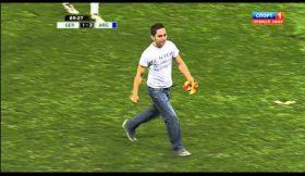 Messi cumprimenta invasor de campo