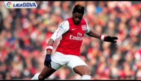 Alex Song assina pelo Barcelona