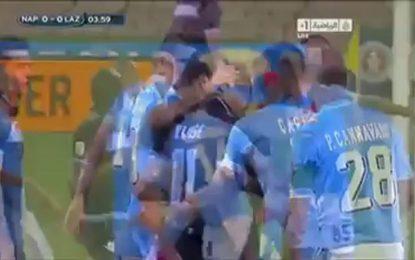 Miroslav Klose pede ao árbitro para anular golo