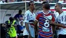 Jogador esfrega sangue na cara de adversário