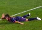 Arrepiante: Puyol cai sobre o braço