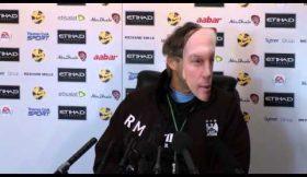 Mancini mascara-se de Platt em conferência de imprensa
