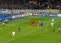 Adepto invade campo durante jogo entre Dinamo e Porto