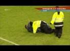 Adepto do Hamburgo humilha seguranças do estádio