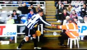 Jogador do Newcastle encontra e devolve nota de £5