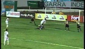 Jogador evita golo mas derruba a baliza