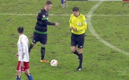 Arnautovic simula que chuta contra árbitro e vê segundo amarelo