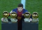 Messi junta as 4 Bolas de Ouro e mostra-as aos adeptos do Barça
