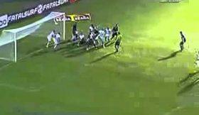 Leandro Damião mergulha em festejos e Internacional salva golo com meia equipa dentro da pequena área