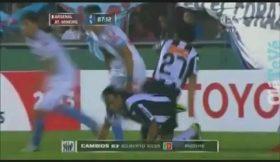Ronaldinho sofre entrada inacreditável