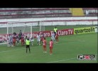 Jogador brasileiro impede golo certo de forma caricata