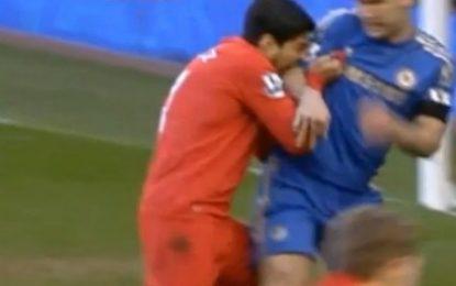 Luis Suarez morde Ivanovic