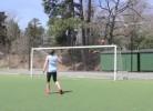 Mulher mostra aptidões futebolísticas fora do comum
