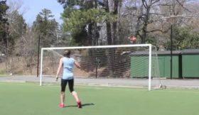 Mulher mostra espetaculares aptidões futebolísticas
