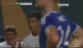 Adepto invade jogo para abraçar Cristiano Ronaldo