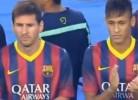 Adepto tenta abraçar Neymar durante apresentação do Barcelona