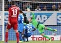 Magia negra na Bundesliga: bola passa malha lateral e golo é validado