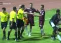 No Kuwait: árbitro esmurra jogador