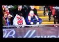 O tombo de Agbonlahor que um adepto do Liverpool quis registar aos seus pés