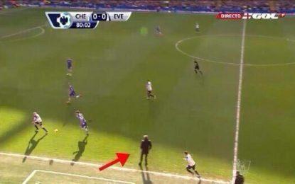 Mourinho dentro de campo durante o Chelsea vs Everton