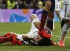 Busquets pisa Pepe na cara