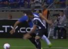 Bandeirinha assiste finta de jogador do Cruzeiro
