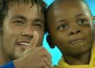 Menino invade campo, mas Neymar mostra que está preparado para ser pai
