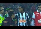 Colombiano invade campo para abraçar Ronaldinho