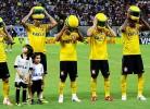 Jogadores do Corinthians de capacete na cabeça...perceba porquê