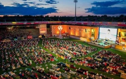 Alemães vêem o Mundial em sofás dentro de um estádio