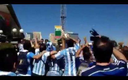 """Adeptos argentinos cantam """"temos a coluna de Neymar"""""""
