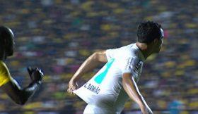 "Leandro Damião criticado por tentar ""cavar"" penalty de forma descarada"