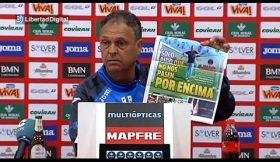 Treinador do Granada rasga capa da MARCA durante conferência de imprensa