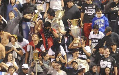 No Paraguai: adeptos assaltam sala de troféus do rival e atiram taças ao relvado