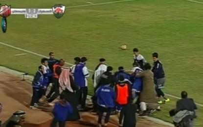 Árbitro pontapeado por jogador e agredido por equipa técnica no Kuwait