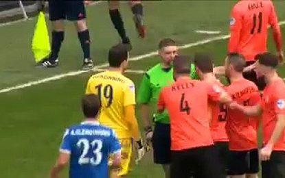 Guarda-redes expulso, jogador de campo defende penalty
