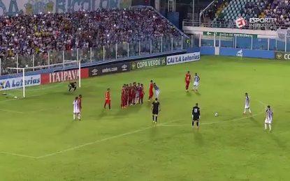 Guarda-redes brasileiro tenta imitar Rogério Ceni, mas….