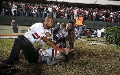 Adeptos caem no fosso do Estádio do Morumbi durante o São Paulo v Atlético-MG